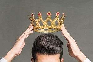 снимает корону